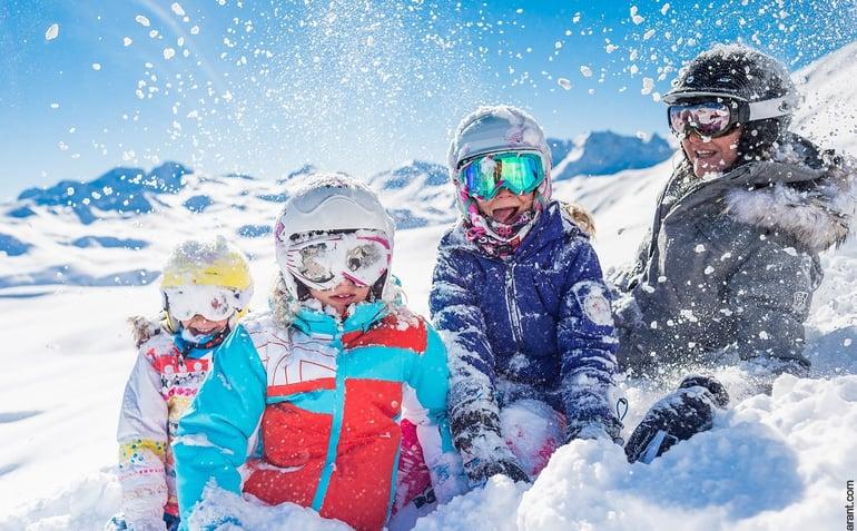 danski-skiferie-familie-paa-ski